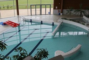 d fi des nuls des p dans l eau de la piscine. Black Bedroom Furniture Sets. Home Design Ideas